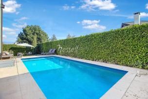 Lumineuse Villa discrètement jumelée avec piscine